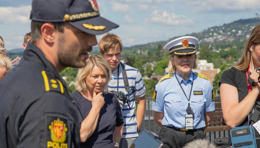 Justis- og beredskapsminister Monica Mæland og politidirektør Benedicte Bjørnland, lot seg imponere av hva dronene kunne brukes til.