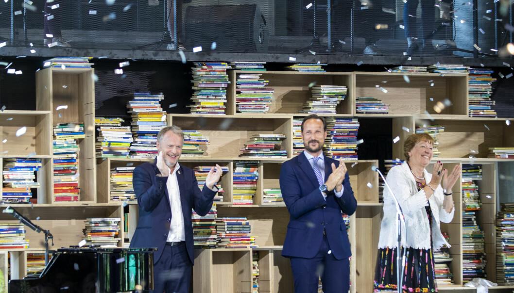 Byrådsleder Raymond Johansen (Ap) (t.v.) klapper for åpningen av det nye Deichman-biblioteket sammen med kronprins Haakon og ordfører Marianne Borgen (SV).