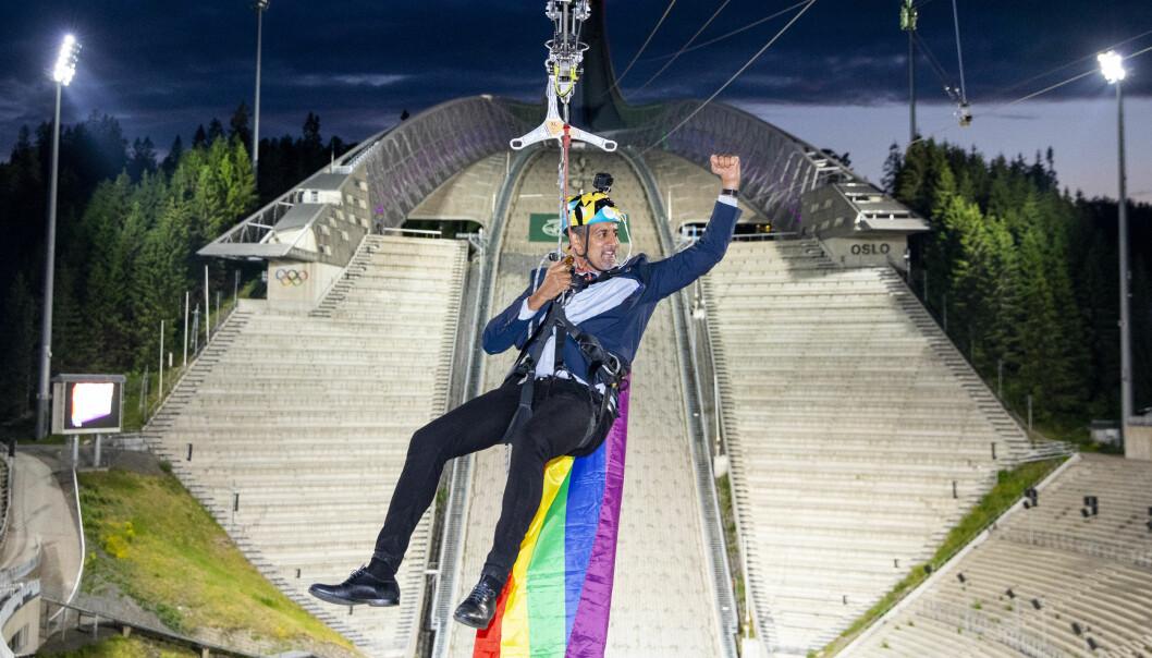 Kultur- og likestillingsminister Abid Raja (V) markerte åpningen av Oslo Pride 2020 ved å kjøre zipline ned Holmenkollbakken med et regnbueflagg på ryggen.