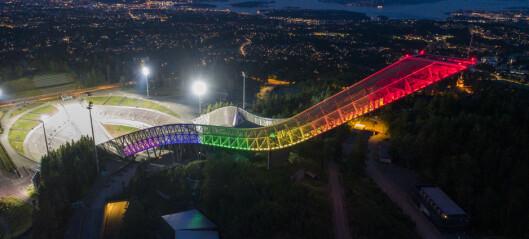 Kollen-hoppbakken i regnbuefargene markerte starten på Oslo Pride