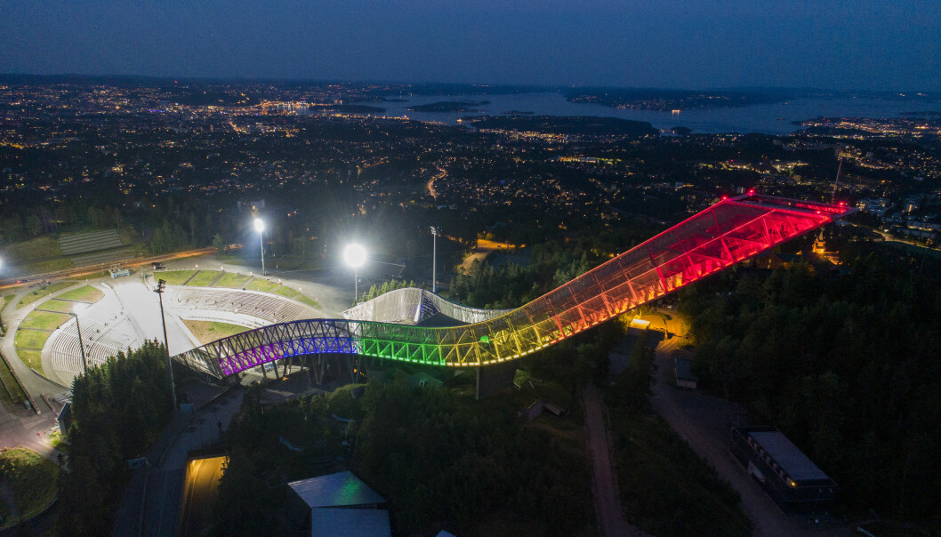 Hele byens hoppanlegg lyste i homofargene ved åpningen av Oslo Pride 2020.