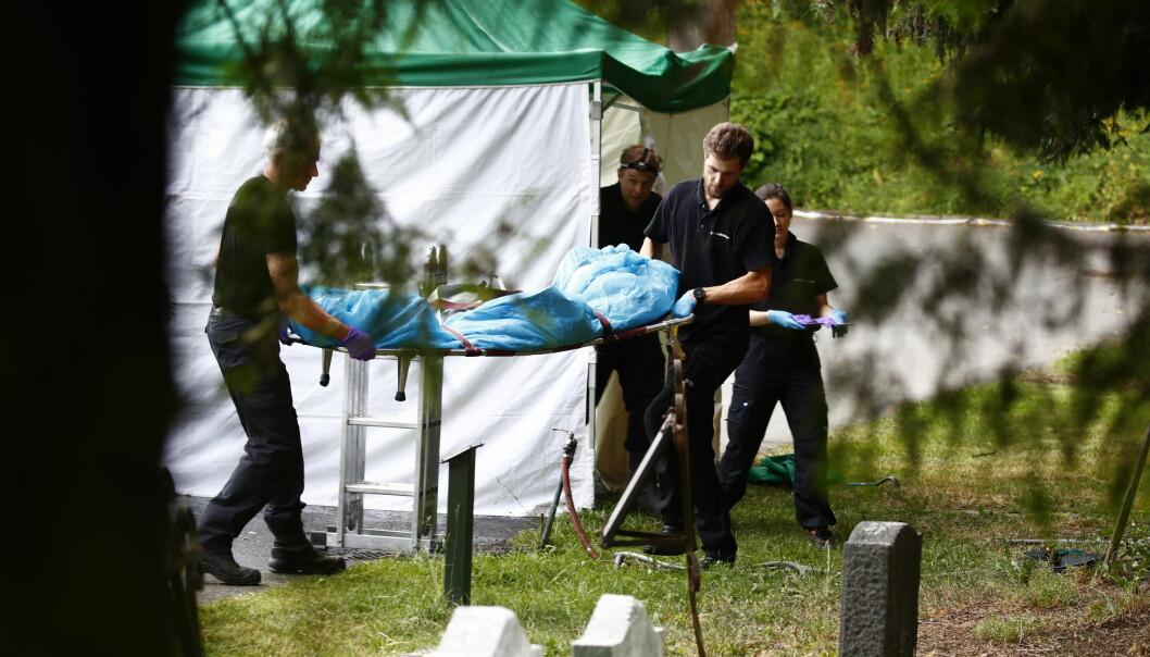 En mann er mistenkt for å ha fraktet en avdød person til Vår Frelsers gravlund og lagt vedkommende i en kum. Den døde personen som ble funnet i kummen, fraktes her bort av politiet.
