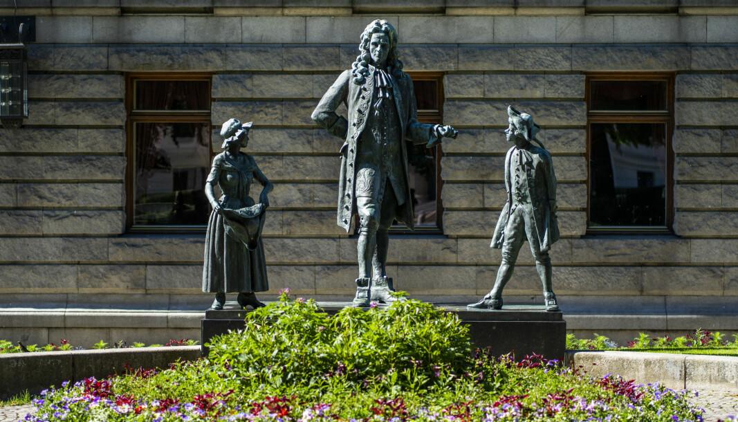 Statue av den norsk-danske forfatteren Ludvig Holberg ved Nationaltheatret i Oslo.
