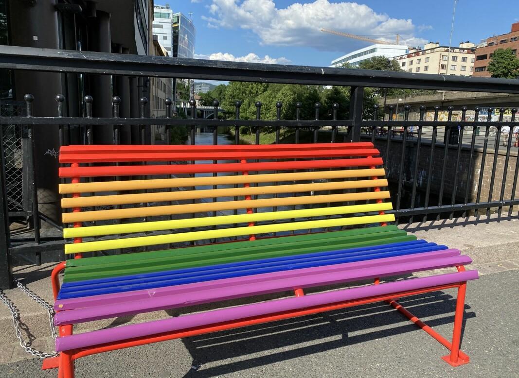 For å feire årets Pride har bymiljøetaten malt om tolv benker i sentrum i herlige regnbuefarger. De står langs strekningen fra Grønland til Nationaltheatret.