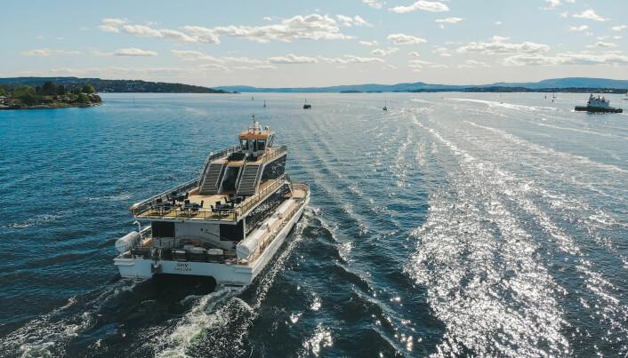 Ombord på denne båten blir det god stemning., i spissen for båtparaden.