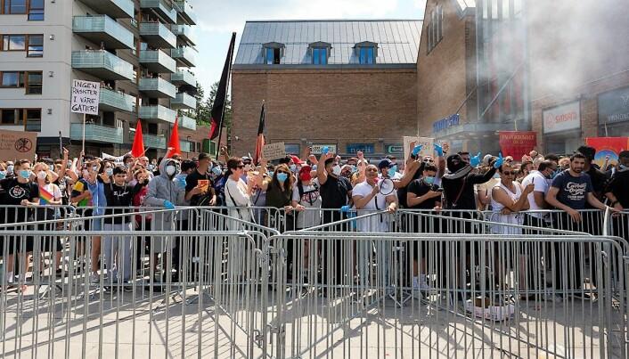 Sint stemning blant demonstrantene på Mortensrud torg.