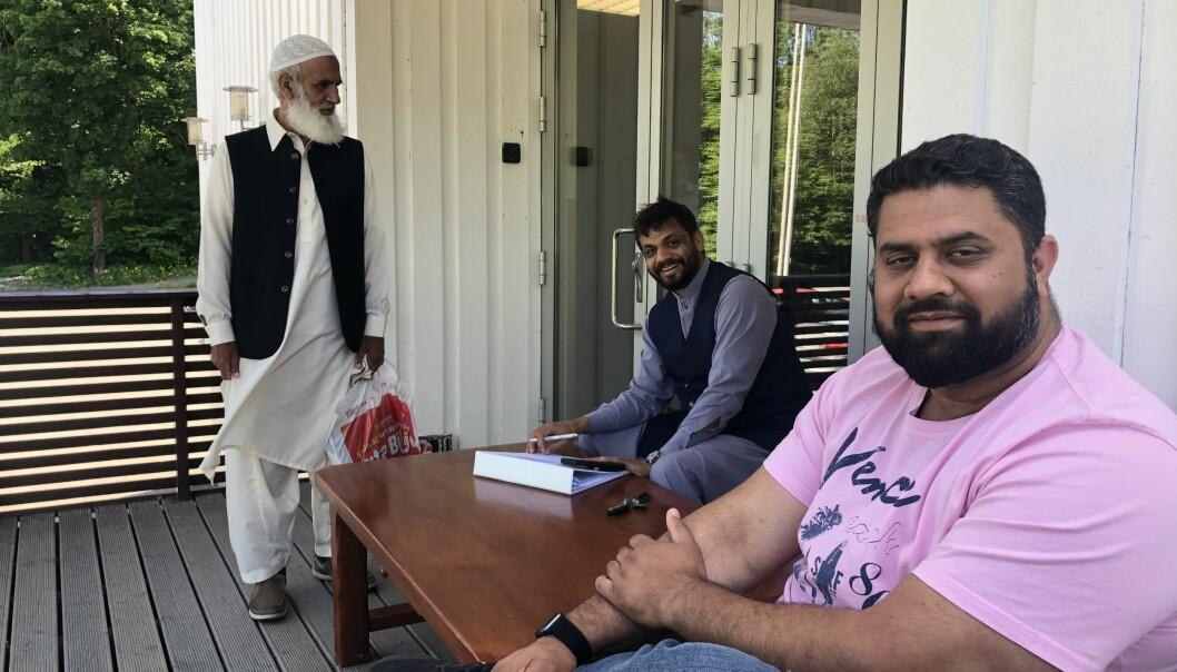 Stående Muhammad Rafiq ( en av heltene), sittende og tar notater styreleder Zulfiqar Ali, til høyre infoansvarlig: Waheed Ahmed.