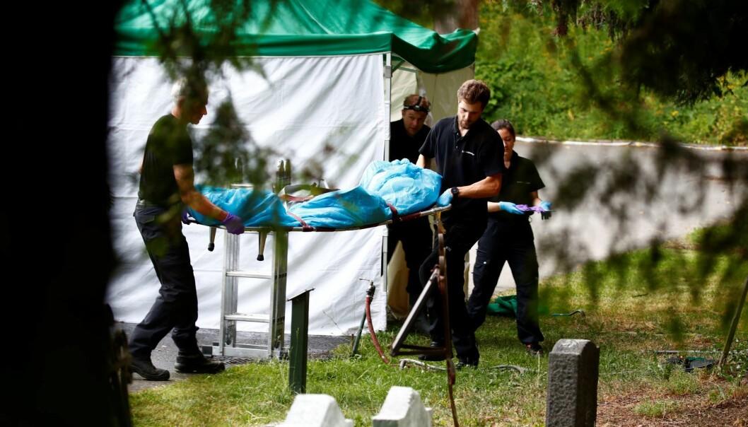 Levningene etter savnede Jeanette Wig Steen fraktes fra kummen ved Vår Frelsers gravlund.