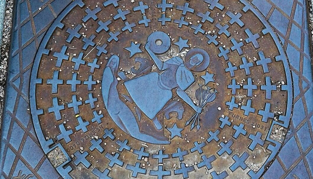 Tusen år etter sin fødsel preger Hallvard Vebjørnsson gatebildet i Oslo. Siden 2004 er han å finne på kumlokkene.