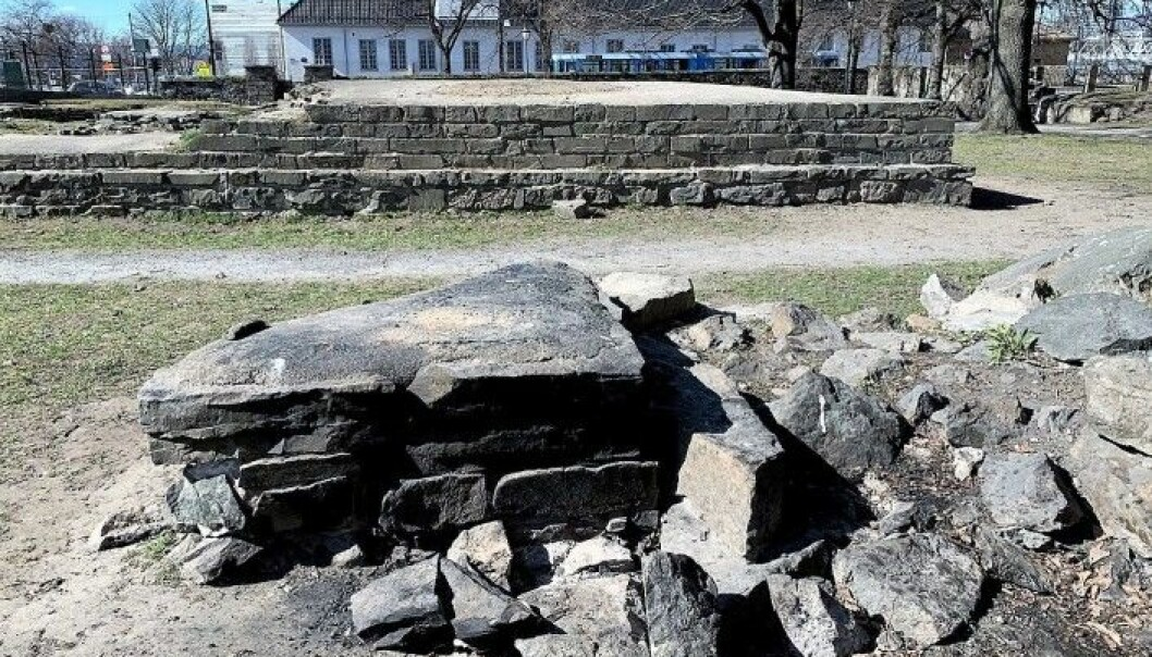 Ruinene av det som i flere hundre år var Norges største kirke, Hallvardskatedralen ligger i Gamlebyen. Ruinene har fått hard medfart. også i våre dager.