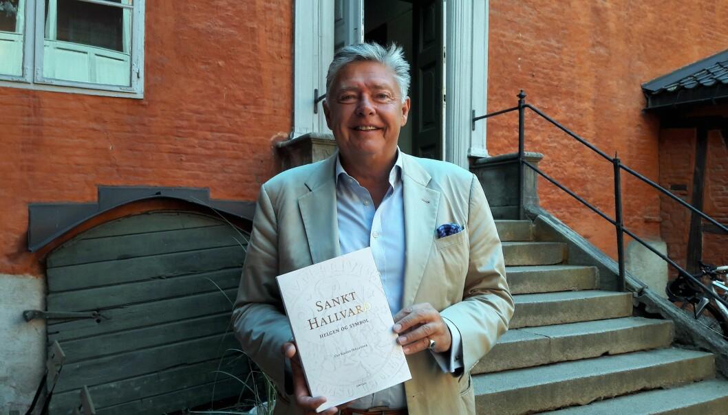 Ole Rikard Høisæther med sin nyeste bok, Sankt Hallvard, helgen og symbol