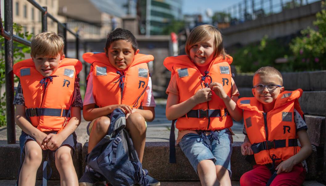 Emil, Milan, Adrian og Oskar fra Lakkegata skole har fått på redningsvester, og er klar for tokt på Oslofjorden.
