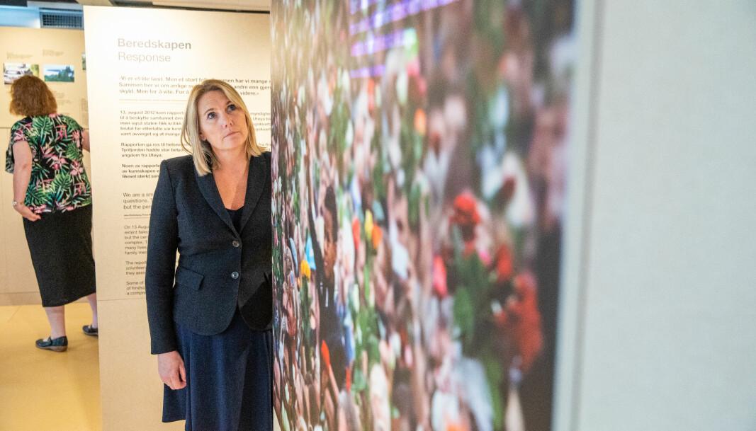 Direktør Lena Fahre på 22. juli-senteret i den nyåpnede utstillingen. Utstillingen er oppført midlertidig i påvente av at den nye høyblokka skal bli ferdig.