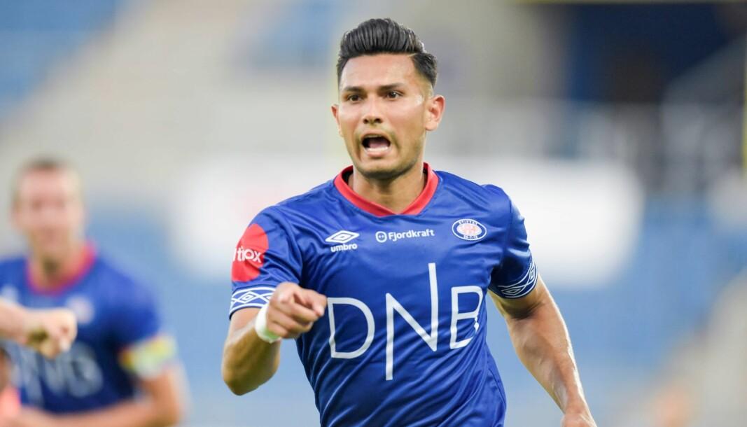 Deyver Vega jubler etter at han ga hjemmelaget ledelsen 2-1 under eliteseriekampen i fotball mellom Vålerenga og Viking på Intility Arena.