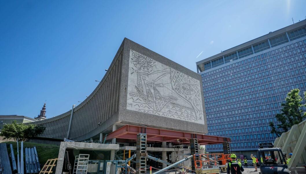 Anleggsarbeidere jobber på baksiden av kunstverket. «Fiskerne» av Pablo Picasso og Carl Nesjar. Statsbygg er i gang med rivingen av Y-blokka.