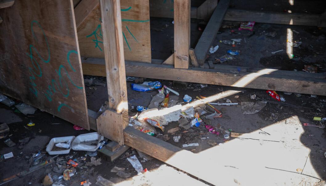 Under tribunen har rusmisbrukere tatt seg inn for å sette et skudd. Det stinker urin og ser ikke ut der.