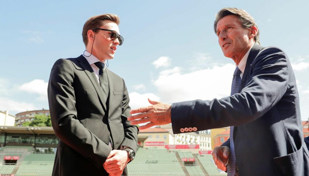 To generasjoner løpere i verdensklasse deltok i minnestunden. Karsten Warholm i samtale med Sebastian Coe (til h.).