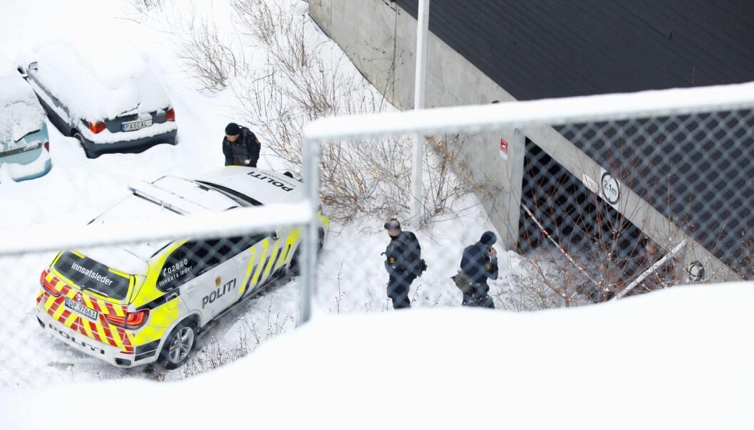 Politiet ved garasjeanlegget på Bjørndal der drapet skjedde.