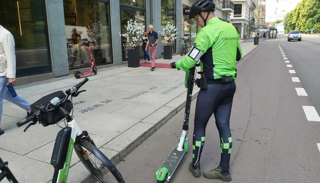 Tore flytter en el-sparkesykkel som er hensatt i sykkelfeltet.