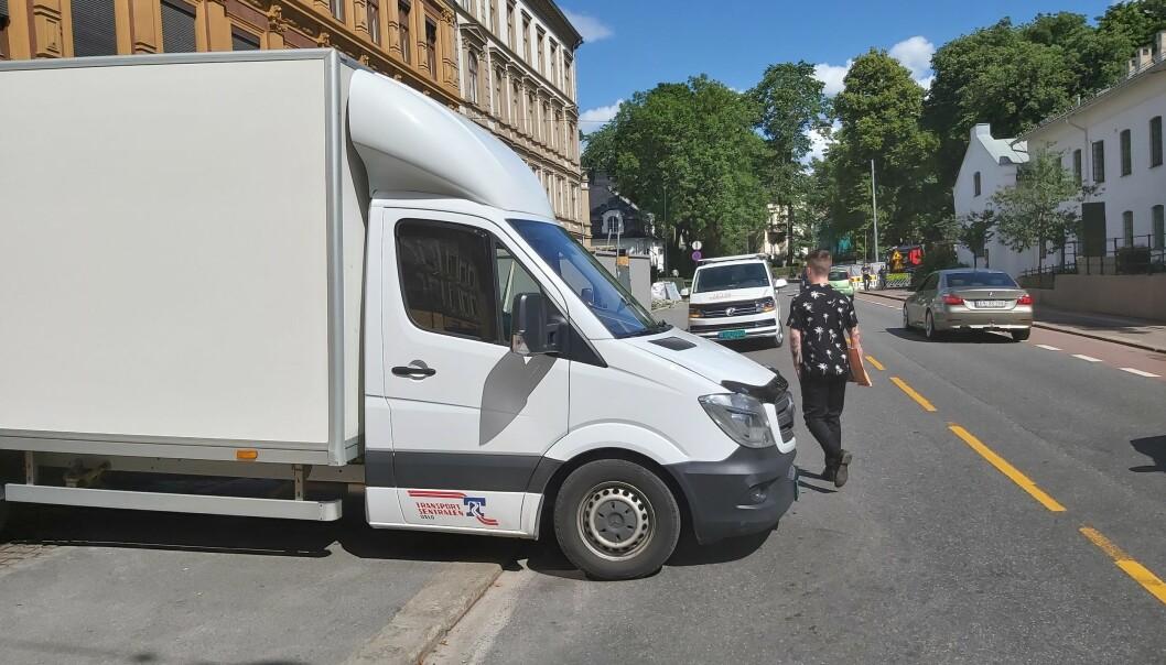 -Denne parkeringen kan skape en livsfarlig situasjon for fotgjengerne, sier Tore. Han som hadde hyret inn bilen var ikke enig.
