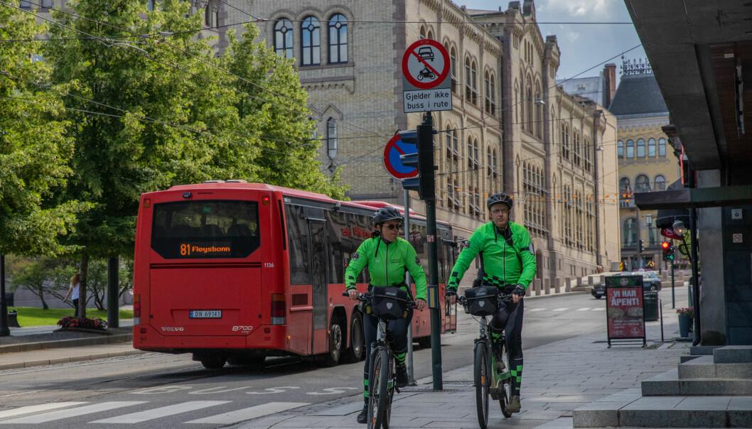 — Folk er glade for å se uniformert personell i gatene, sier Linda og Tore.