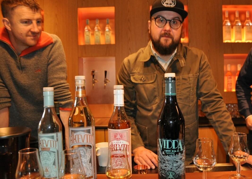 Matt Ensor (til v.) og Frederik Dahl byr på prøvesmaking av Vidda gin og ulike akevitter i baren hos Oslo Håndverksdestilleri på Bryn.