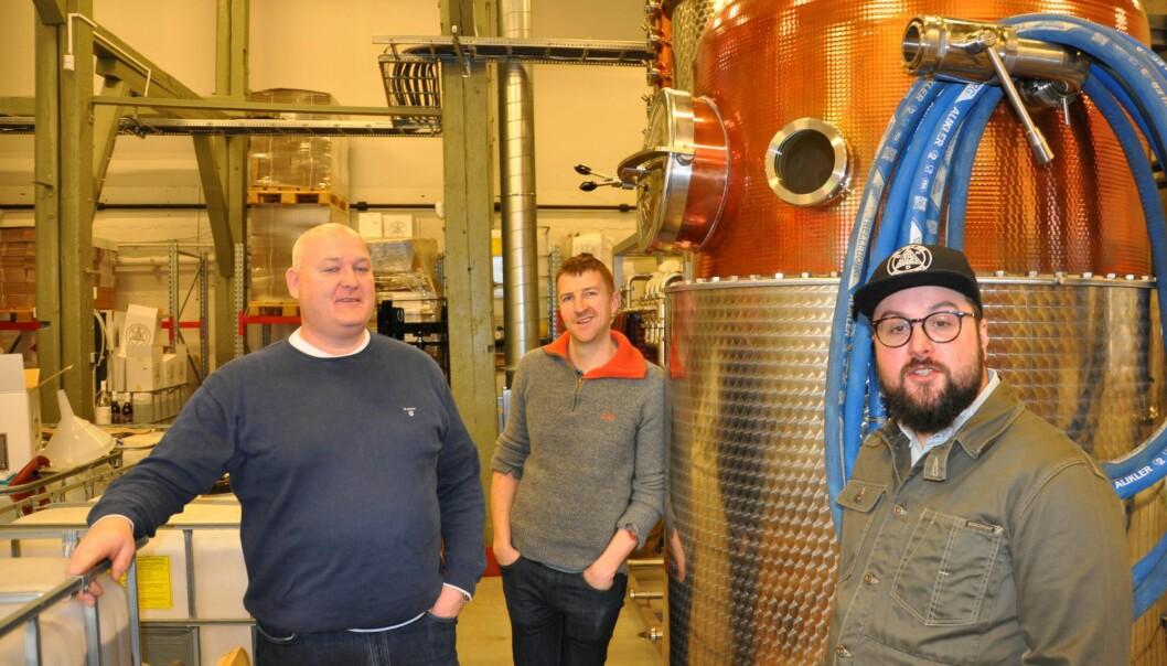 Espen Tollefsen, Matt Ensor og Frederik Dahl jubler over at Oslo Håndverksdestilleri kan kalle seg verdens beste gin-maker.