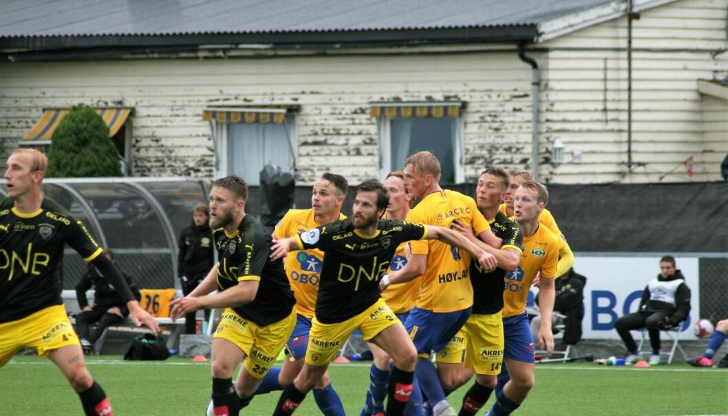 Grorud fikk lite spillerom i angrep mot Lillestrøm. Her blir Martin Høyland og Glenn Harviken i gult godt pakket inn.