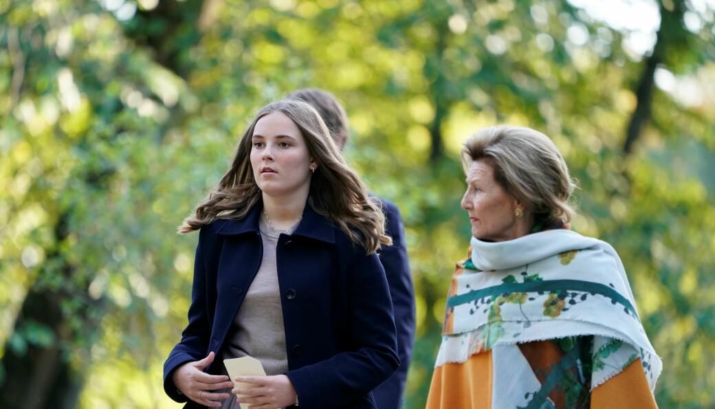 Prinsesse Ingrid Alexandra sammen med dronning Sonja under åpning av skulpturpark ved Slottet.