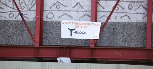 Banner på engelsk hengt opp i Y-blokka: - Stop the demolition of the Y-block