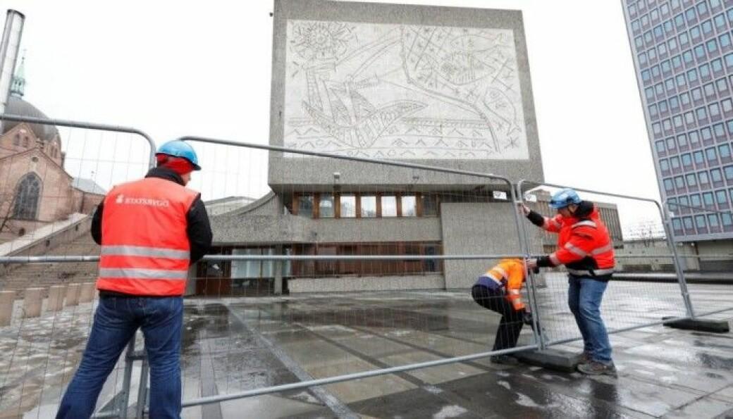 «Fiskerne» av Carl Nesjar, sandblåst direkte inn på veggen etter skisser av Pablo Picasso. Ifølge planen skal kunstverket bevares etter riving.