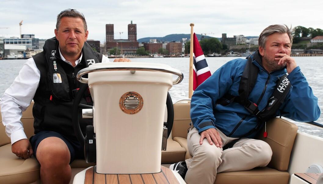 Espen Andreas Hasle (KrF) og daglig leder i båtdelingsfirmaet Kruser, Krister Ervik (til h.), mener elbåter er fremtiden på fjorden.