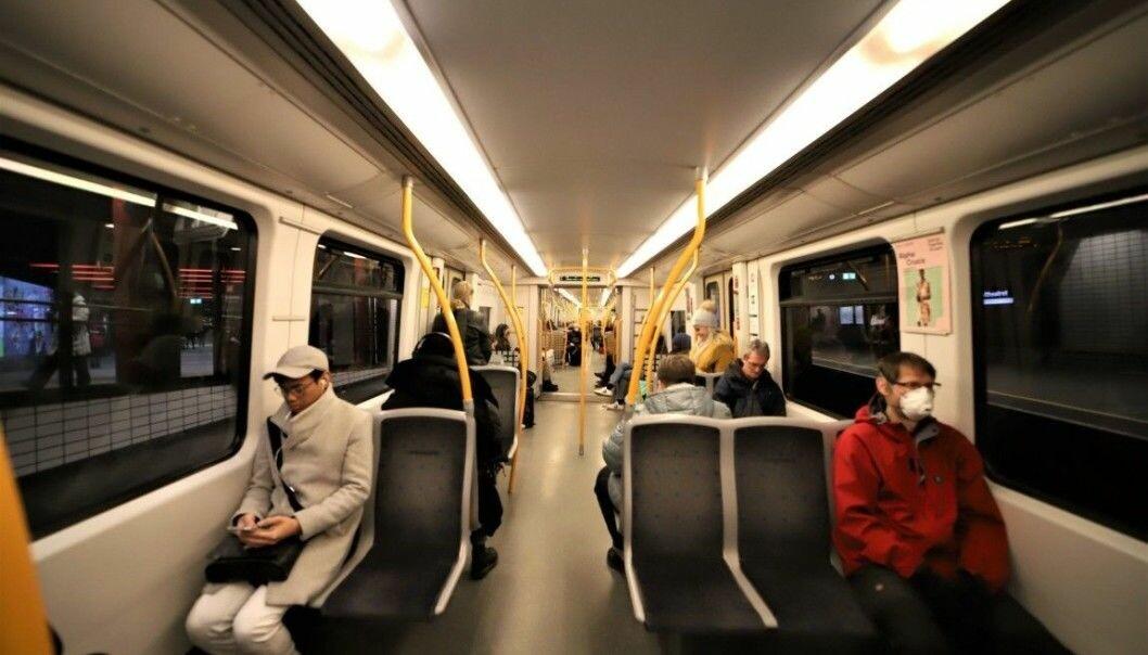 T-banens kapasitet økes når smittevernet lempes på i de nye reglene. Passasjerer kan sitte ved siden av hverandre.