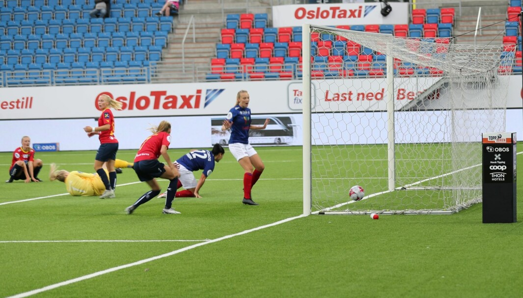 Vålerenga vant byderbyet mot Røa 2-0 fredag kveld. He scorer Dejana Stefanovic (knestående) hjemmelagets andre mål.