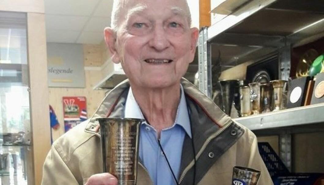 Kjeld Dahl-Larsen (92) løfter for første gang pokalen han vant i 1946.