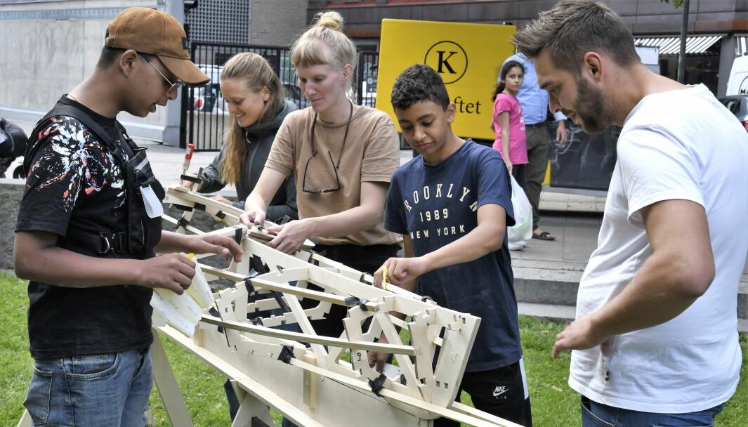 Nina Havermans (i midten) og ungdom fra Grønland bruker sommerferien til å bygge en kajakk og en kano i Vaterlandsparken.