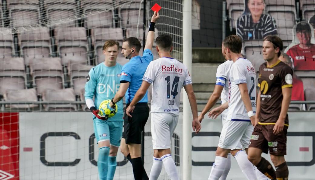 Vålerenga-keeper Kristoffer Klaesson får rødt kort av dommer Marius Hansen Grøtta 10 minutter før pause.