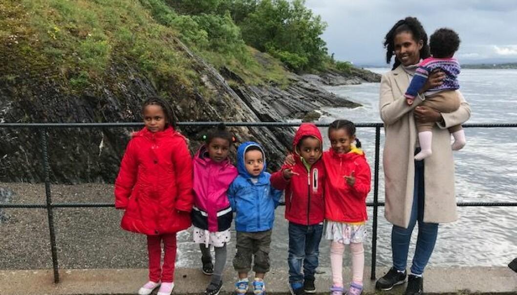 På Hovedøya poserer Meserto med barn kledd for norsk sommer.