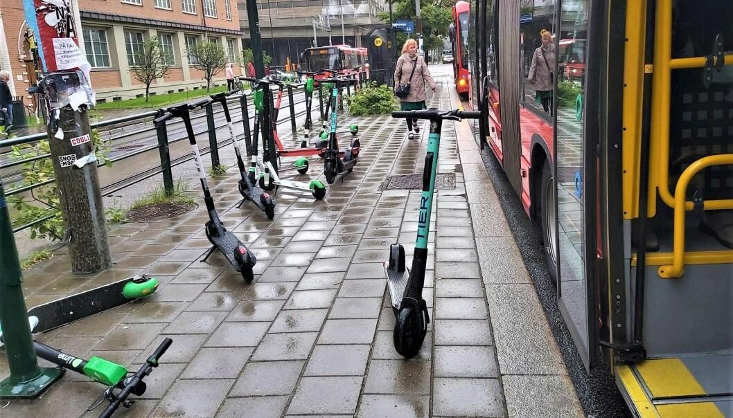 Elsparkesykler ligger strødd ved bussholdeplassen i Schweigaardsgate. Bildet er tatt sist fredag.
