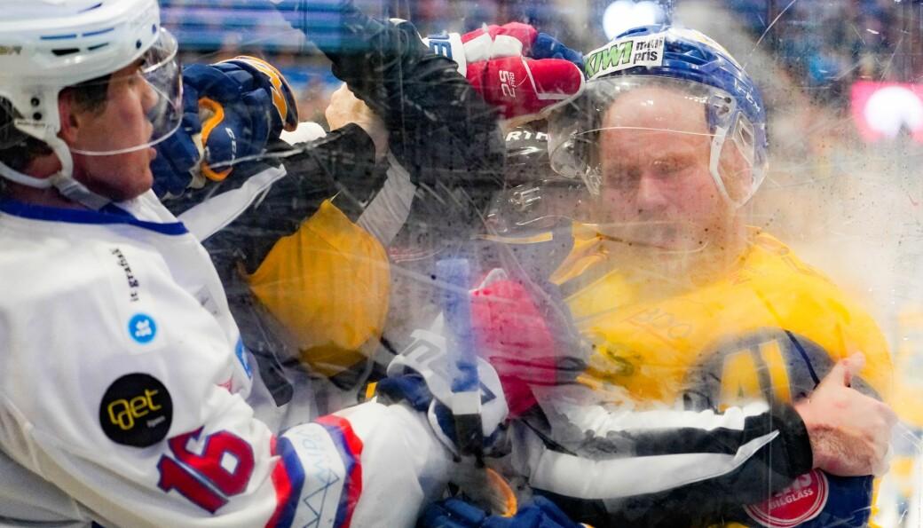 Storhamars Patrick Thoresen (til h.) og Vålerengas Magnus Brekke Henriksen i slåsskamp i november i fjor. Det blir nok noen nappetak også fremover. Men hva skal hockeyserien hete?