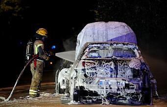 Kraftig brann i flere biler på Ensjø. Naboer bedt om å holde vinduer lukket på grunn av farlig røyk