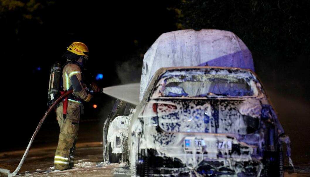 Politiet fikk kontroll på bilbrannene ved 02-tiden i natt.