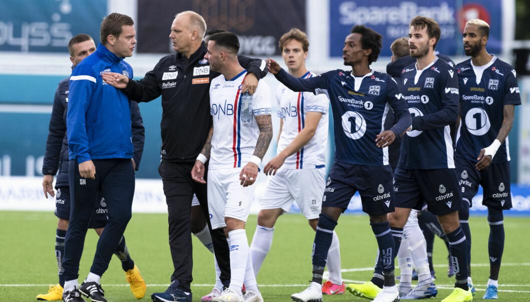 Amper stemning etter 0-0. VIF-trener Dag-Eilev Fagermo tar et godt tak rundt Aron Dønnums skuldre.