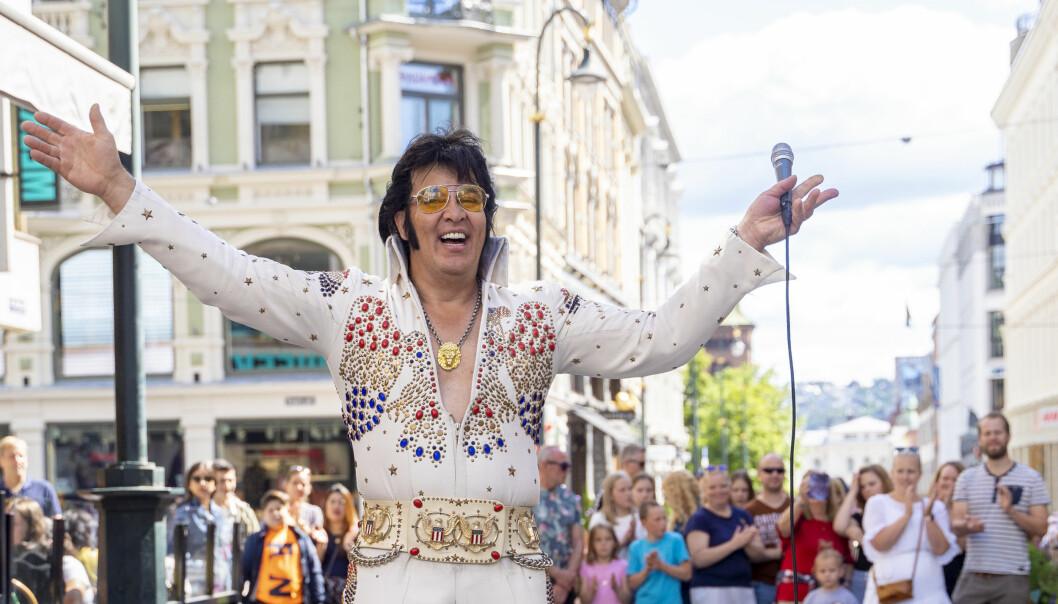 Men etter en natt med nærmest uavbrutt synging, gjenstår det fortsatt enda ett døgn for å nå målet på 50 timer med Elvis-synging.