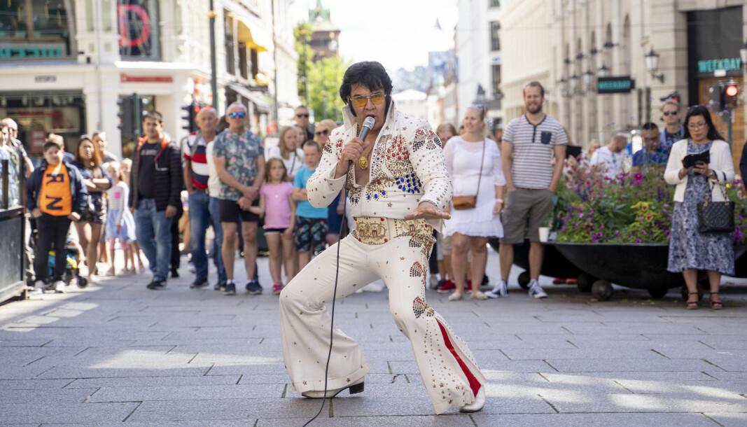 Skuelystne kunne torsdag ettermiddag få med seg Kjell Elvis sitt verdensrekordforsøk i Elvis-synging på baren the Scotsman Oslo.