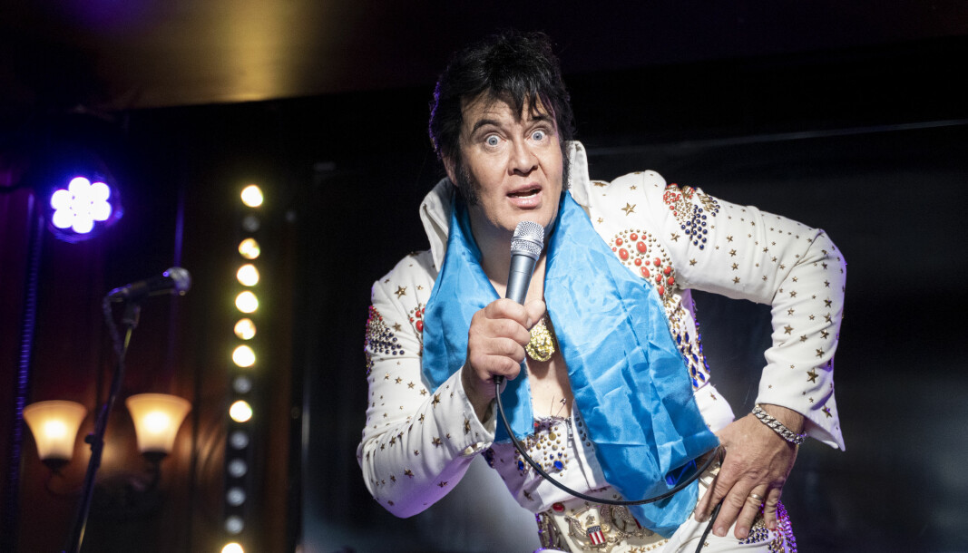 Kjell Elvis heter egentlig Kjell Henning Bjørnestad. Han har de siste tiårene gjort seg kjent som Elvis-imitator. Nå forsøker han å sette verdensrekord i å synge Elvis kontinuerlig i over to døgn i strekk.
