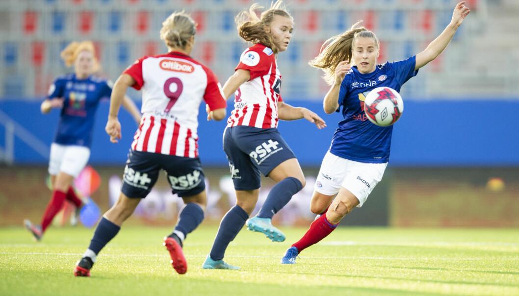 Avaldsness Nathalie Utvik og Vålerengas Sigrid Heien Hansen under toppseriekampen i fotball mellom Vålerenga og Avaldsnes på Intility arena.
