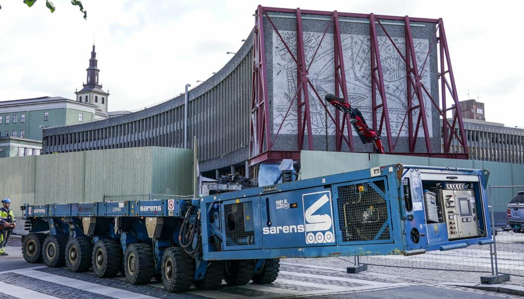 Denne uken rulles kunstverkene «Fiskerne» og «Måken» av Pablo Picasso og Carl Nesjar ut av Y-blokka i regjeringskvartalet i Oslo. Store spesialkjøretøy er på plass for å håndtere den 250 tonn tunge veggen med «Fiskerne».
