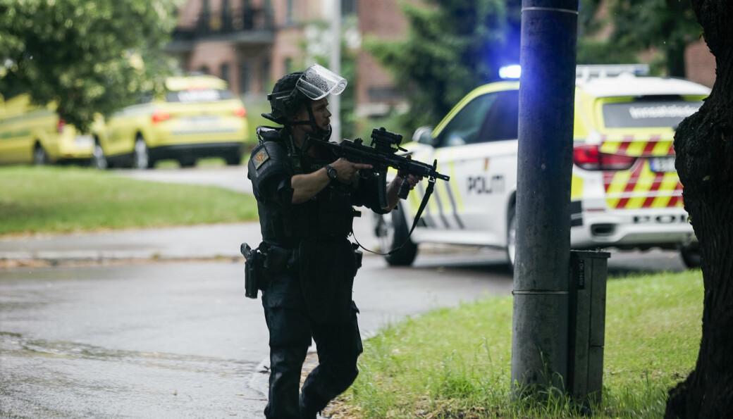 Bevæpnet politi er på plass etter at en person skal være skutt inne i en leilighet i Christian Michelsens gate ved Carl Berner.