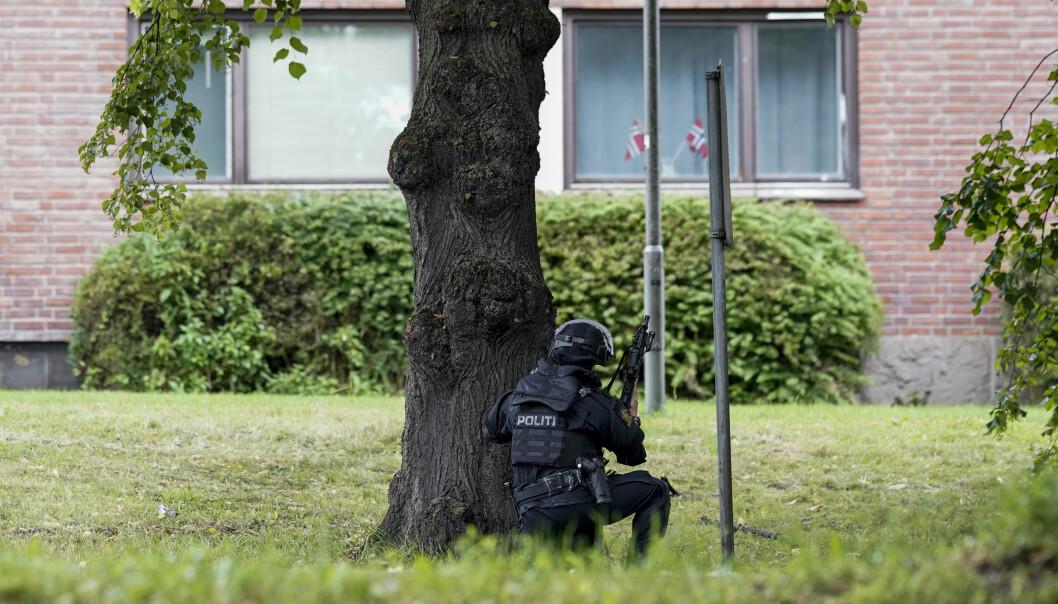 Bevæpnet politi på plass i strøket ved leiligheten der en 40-åring ble skutt i armen tirsdag ettermiddag.